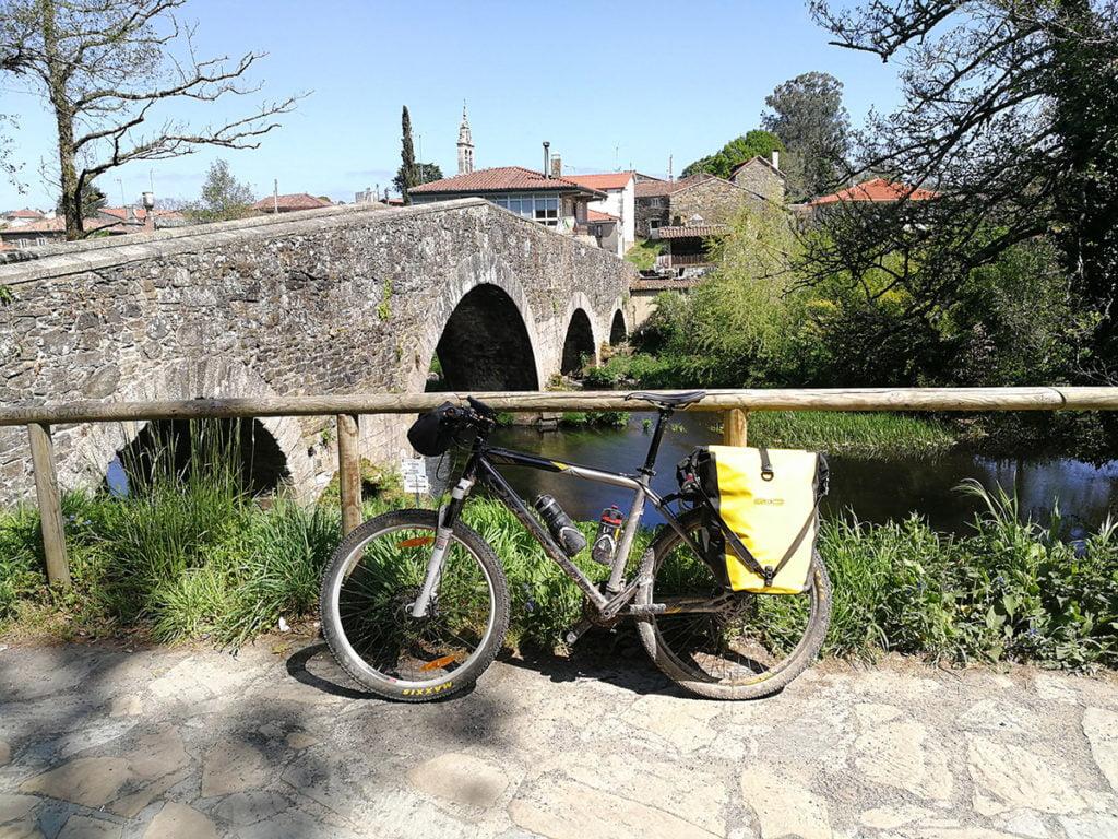 Puente Melide sobre rio Furelos