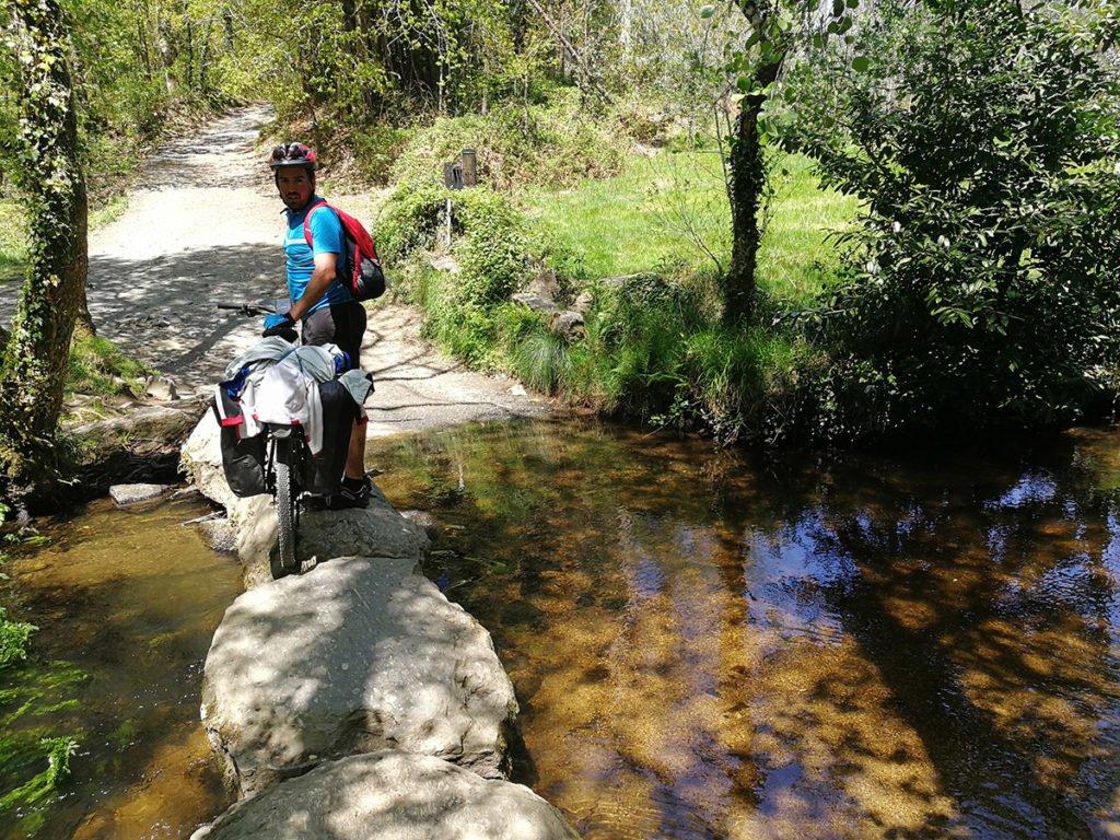 Paso empedrado sobre el río Catasol