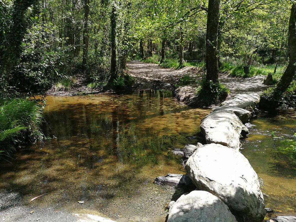 Paso de rocas sobre el río Catasol (Melide)