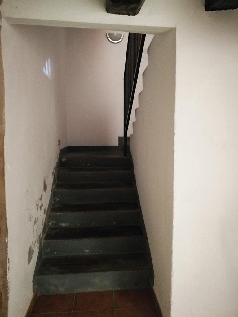 Escaleras del albergue de Sarsamarcuello